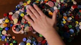 A menina seleciona um botão de um grupo de botões diferentes video estoque