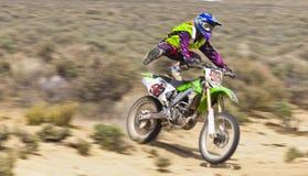 Menina selvagem do piloto da bicicleta da sujeira Imagens de Stock Royalty Free