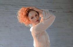 Menina sensual bonita com o cabelo vermelho ondulado longo ajuntado acima em sua cabeça Imagem de Stock Royalty Free