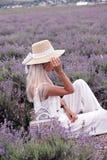 Menina sensual com cabelo louro no vestido branco elegante que levanta no PR imagem de stock