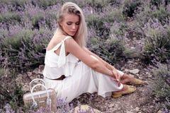 Menina sensual com cabelo louro no vestido branco elegante que levanta no PR fotos de stock royalty free