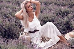 Menina sensual com cabelo louro no vestido branco elegante que levanta no PR fotografia de stock royalty free