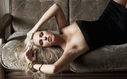Menina sensual no sofá Imagem de Stock Royalty Free