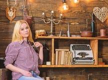 A menina senta-se e relaxando na casa da guarda florestal A menina no equipamento ocasional senta-se no interior de madeira do vi fotos de stock royalty free