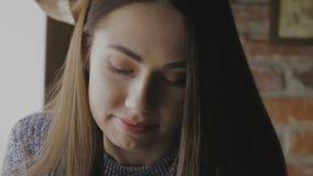 A menina senta-se em uma tabela no café filme