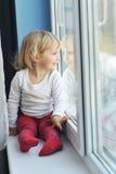 A menina senta-se no indicador Foto de Stock Royalty Free