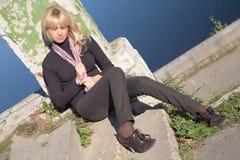 A menina senta-se no passeio Imagens de Stock