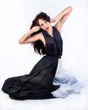 A menina senta-se no vestido preto e branco Fotos de Stock Royalty Free