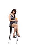 A menina sexual senta-se em uma cadeira da barra fotos de stock
