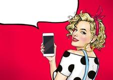 Menina 'sexy' atrativa dentro com o telefone na mão no estilo cômico Mulher que guarda o smartphone ilustração do vetor