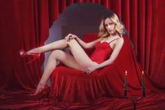 Menina 'sexy' atrativa que veste o espartilho vermelho Fotos de Stock Royalty Free