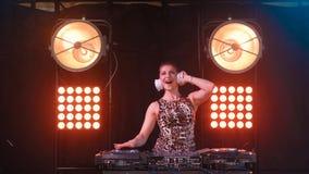 Menina 'sexy' bonita do DJ do louro em plataformas o partido filme