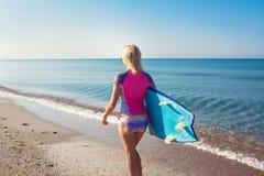 Menina 'sexy' bonita do surfista na praia foto de stock