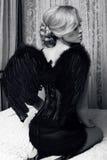 Menina 'sexy' com cabelo louro na roupa luxuoso com asas pretas foto de stock royalty free