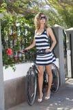 Menina 'sexy' com ciclo sob o sol Foto de Stock Royalty Free