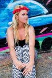 Menina 'sexy' com faixa e grafittis da flor Imagens de Stock Royalty Free