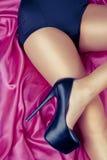 Menina 'sexy' com os saltos elevados no cetim Fotografia de Stock Royalty Free