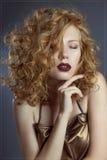 Menina 'sexy' com um cabelo luxuoso e uns olhos fechados Fotografia de Stock