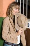 Menina 'sexy' com um chapéu em sua boca em um estábulo Fotos de Stock