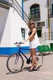 Menina 'sexy' com uma bicicleta Fotografia de Stock