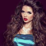 Menina 'sexy' da beleza com bordos vermelhos. Compo. Mulher luxuosa com joia Imagem de Stock Royalty Free