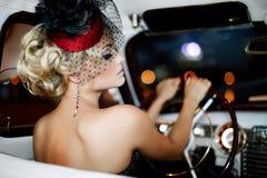 Menina 'sexy' da forma que senta-se no carro velho imagem de stock royalty free