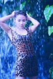 Menina 'sexy' de Ásia sob o relaxamento da cachoeira quente Foto de Stock Royalty Free