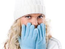 Menina 'sexy' do inverno no chapéu branco e em luvas azuis Fotos de Stock