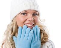 Menina 'sexy' do inverno no chapéu branco e em luvas azuis fotos de stock royalty free