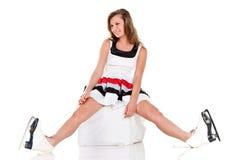 A menina 'sexy' do inverno nos patins e o branco vestem-se Imagem de Stock