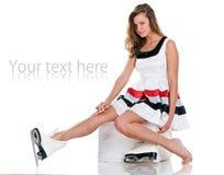 A menina 'sexy' do inverno nos patins e o short vestem-se Imagens de Stock