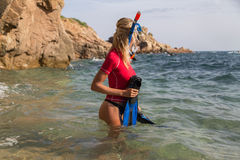 Menina 'sexy' do mergulhador no sportwear que prepara seu mergulho Imagens de Stock