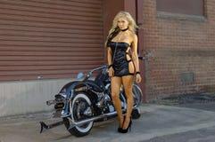 Menina 'sexy' do motociclista da motocicleta foto de stock