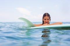 Menina 'sexy' do surfista com ressaca do longboard Imagem de Stock Royalty Free