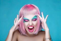 A menina 'sexy' gritando com composição criativa e os cabelos cor-de-rosa tocam no ele Fotos de Stock