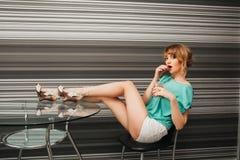 Menina 'sexy' magro bonita na cozinha Imagens de Stock Royalty Free