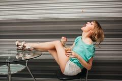 Menina 'sexy' magro bonita na cozinha Fotografia de Stock Royalty Free