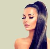 Menina 'sexy' modelo moreno da beleza com cabelo marrom longo foto de stock