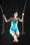 Menina 'sexy' na equitação do vestido na preensão do balanço para a corrente Fotos de Stock Royalty Free