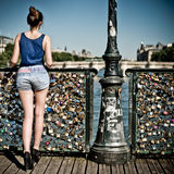Menina 'sexy' na ponte das artes Fotos de Stock Royalty Free