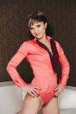 Menina 'sexy' no bodysuit cor-de-rosa com laço imagem de stock royalty free