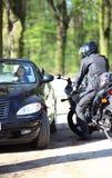 Menina 'sexy' no carro que olha um homem em uma motocicleta Fotos de Stock