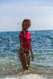Menina 'sexy' no sportwear e tanga na água Fotos de Stock Royalty Free
