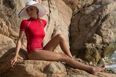 Menina 'sexy' no sportwear e tanga na praia rochosa Imagens de Stock