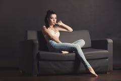 Menina 'sexy' no sutiã e nas calças de brim Fotos de Stock