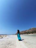 Menina 'sexy' que anda na praia em um vestido de turquesa Fotografia de Stock Royalty Free