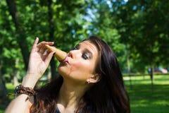 Menina 'sexy' que aprecia o gelado Fotografia de Stock