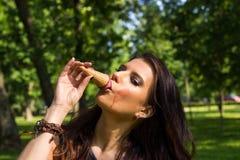 Menina 'sexy' que aprecia o gelado Foto de Stock Royalty Free
