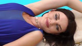 Menina 'sexy' que encontra-se perto da associação e dos sorrisos Close-up video estoque
