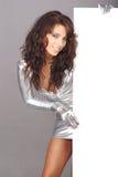 Menina 'sexy' que prende a placa branca vazia Fotografia de Stock Royalty Free